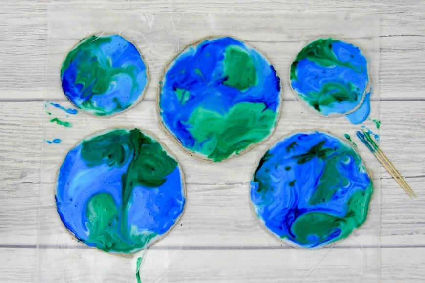 You will never guess what this beautiful stained glass Earth craft is made from.  It is a fab fun kids craft perfect for celebrating Earth Day