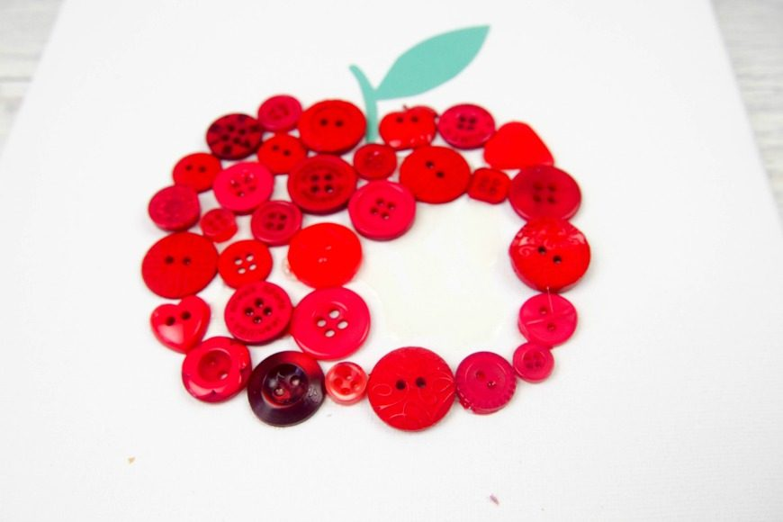Button Apple Canvas Teacher Gift. This beautiful DIY craft is a perfect teacher appreciation gift that can me made by children.
