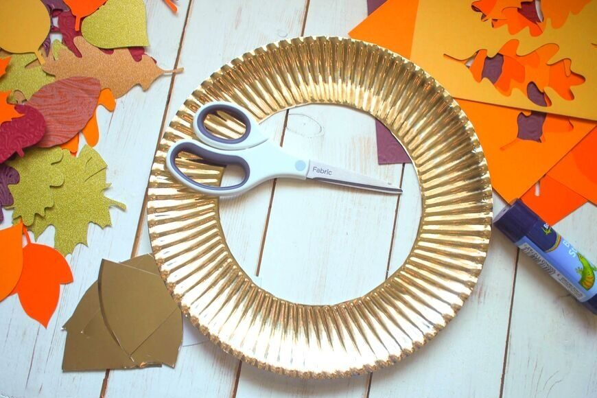 Paper plate wreath form